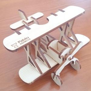 Avión de madera de abeto